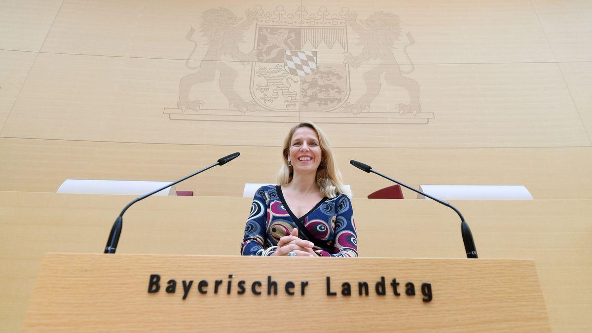 Die Abgeordnete Julika Sandt (FDP) steht im Plenarsaal des Bayerischen Landtags am Rednerpult