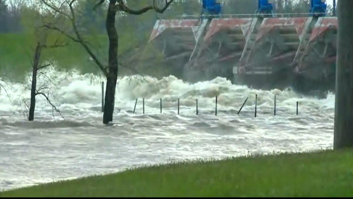 Heftige Regenfälle und ein Dammbruch führten zu Überschwemmungen