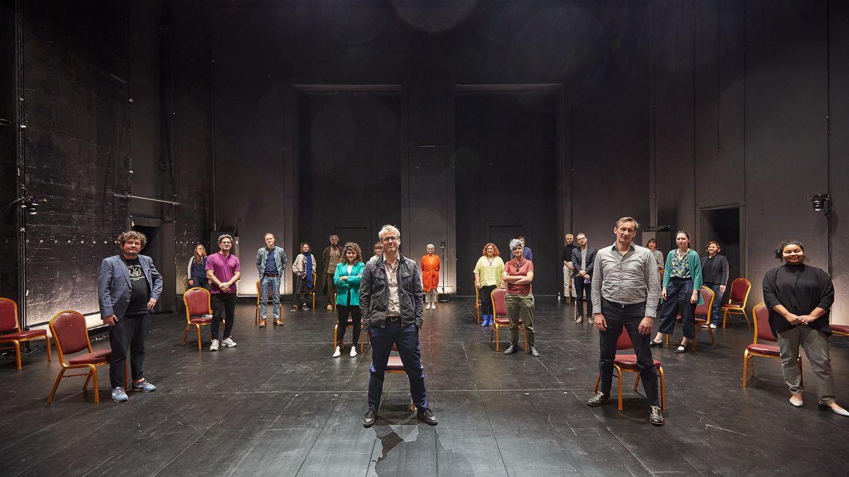 Schauspieler und Mitarbeiter der Münchner Kammerspiele, im Hintergrund Intendantin Barbara Mundel