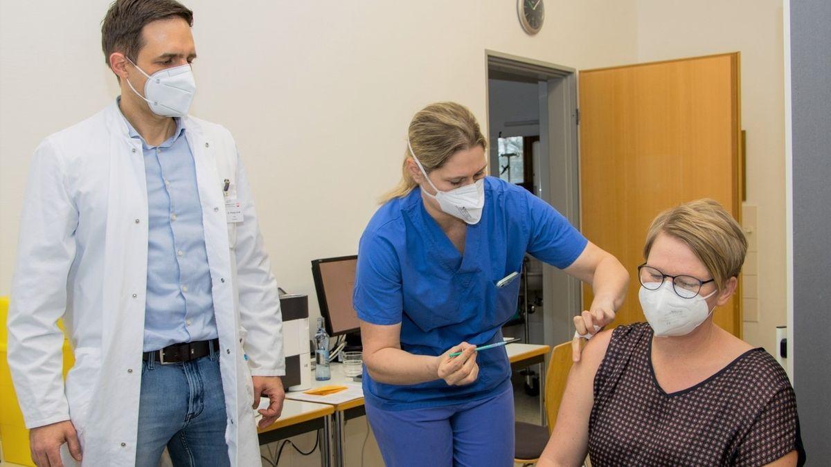 Die erste Corona-Impfung im Caritas-Krankenhaus St. Josef erhielt Sabine Liebl, Fachkrankenschwester für Intensiv- und Anästhesiepflege.