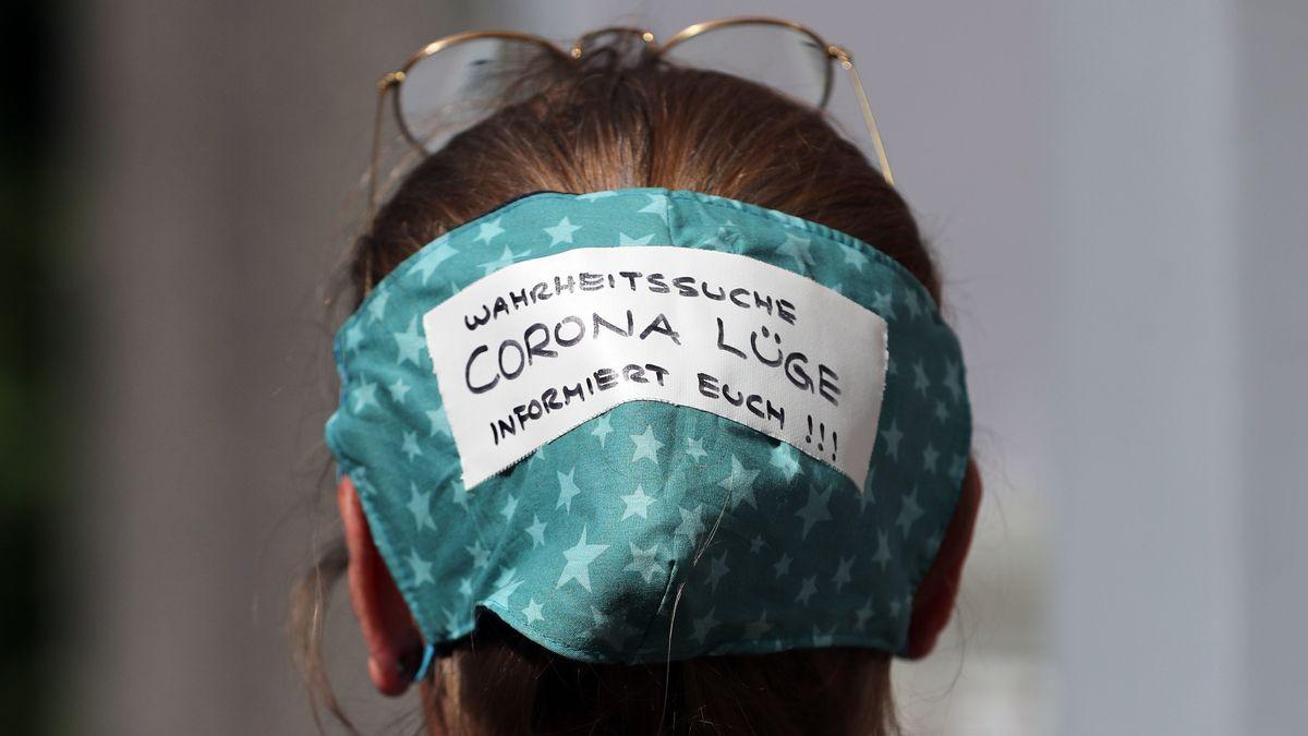 """Demonstrantin trägt eine Schutzmaske mit der Aufschrift """"Corona Lüge"""""""