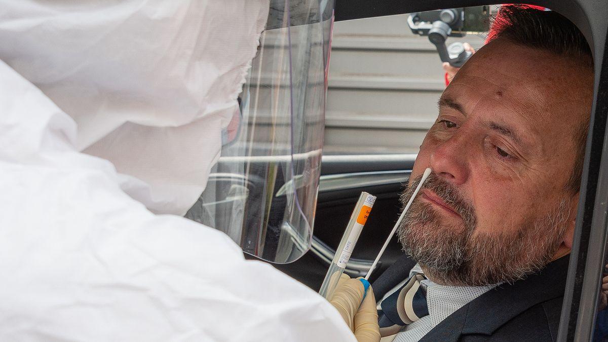 Ein Mann wird auf einer Teststrecke bei Miltenberg auf Corona getestet