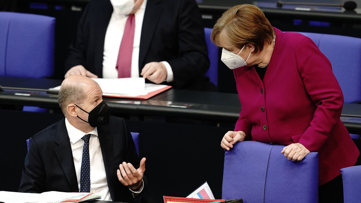 Bundeskanzlerin Angela Merkel (CDU) im Gespräch mit Olaf Scholz (SPD)