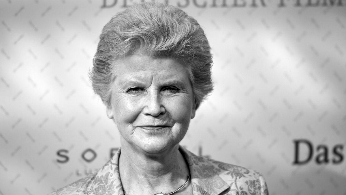 Irm Hermann bei der Verleihung des Deutschen Filmpreises - Porträt, Schwarz-weiß-Foto.