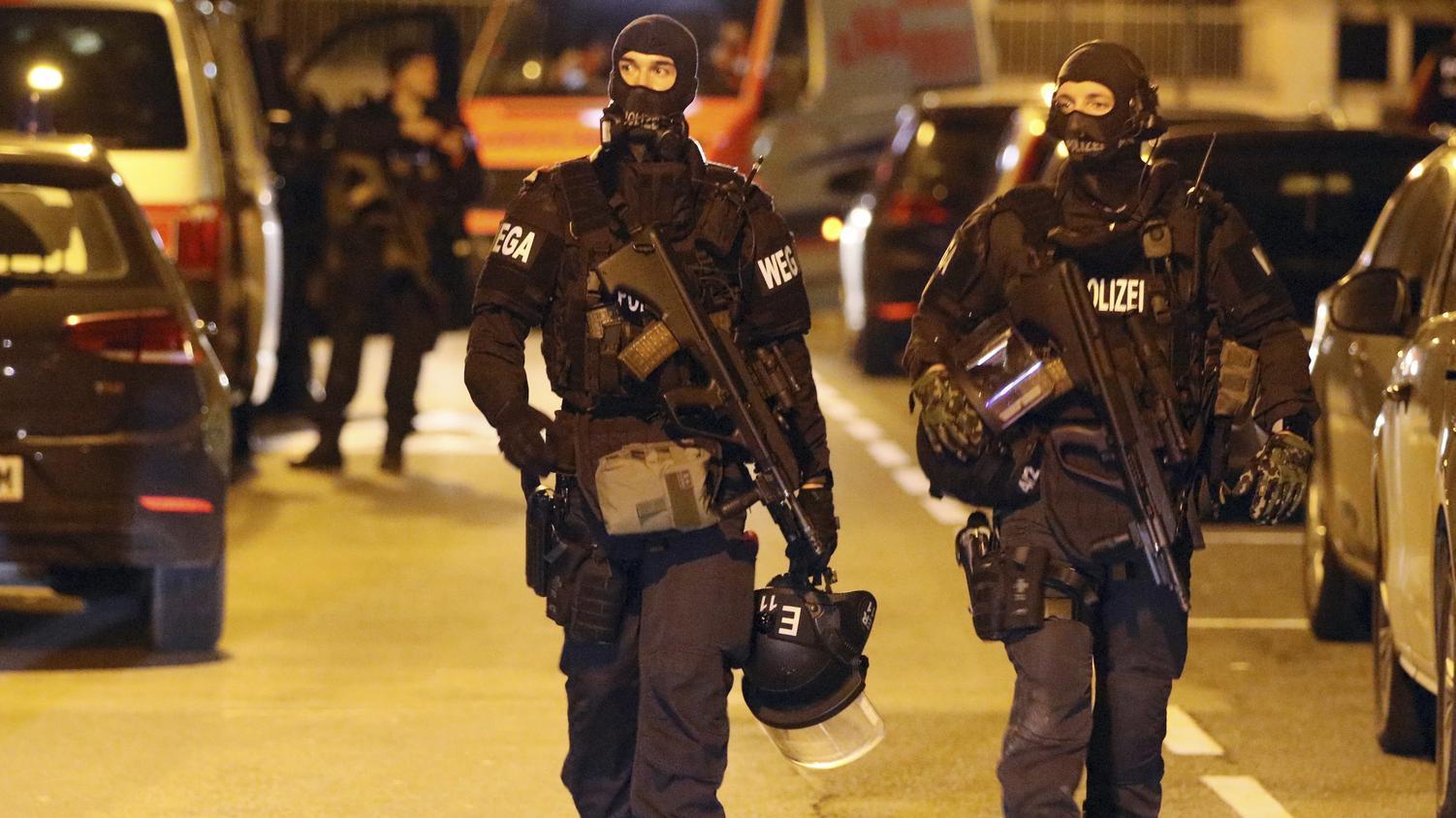 Polizisten einer Spezialeinheit patrouillieren vor einer Kirche in Wien