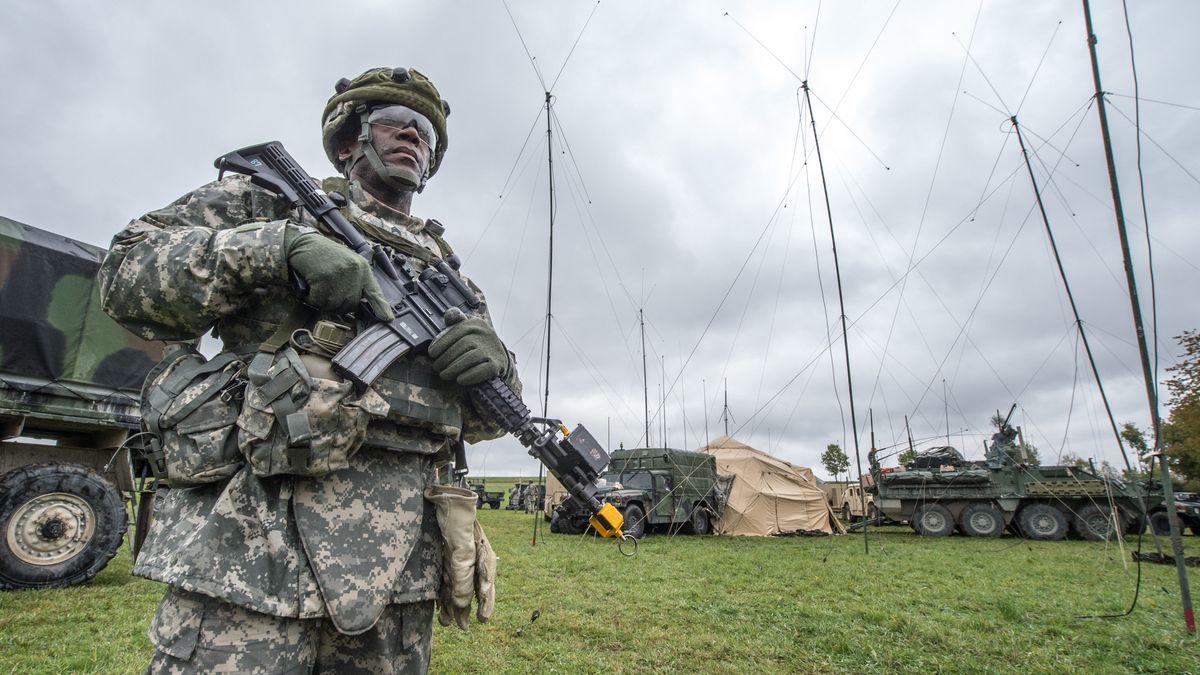 Ein US-Soldat mit einem Gewehr nahe des Truppenübungsplatzes Grafenwöhr.