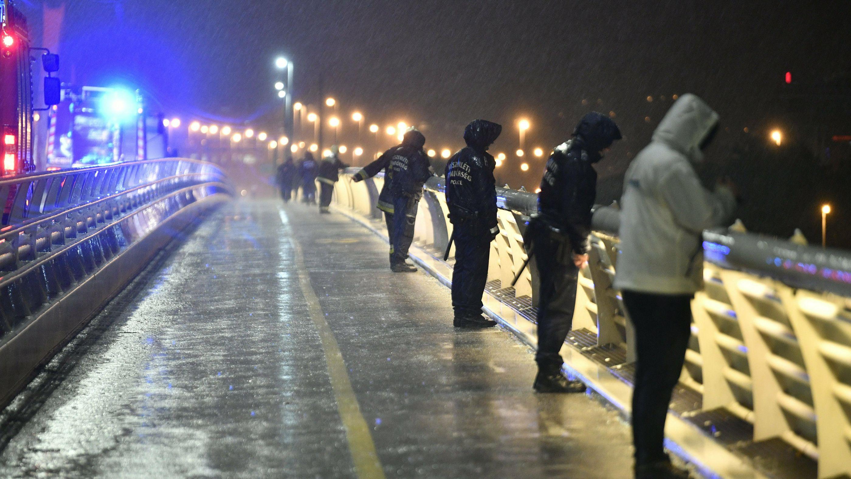 Rettungskräfte am Donau-Ufer