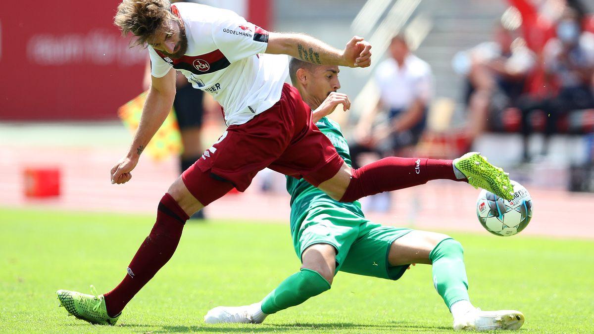 Zweikampf im Franken-Derby zwischen Nürnberg und Fürth
