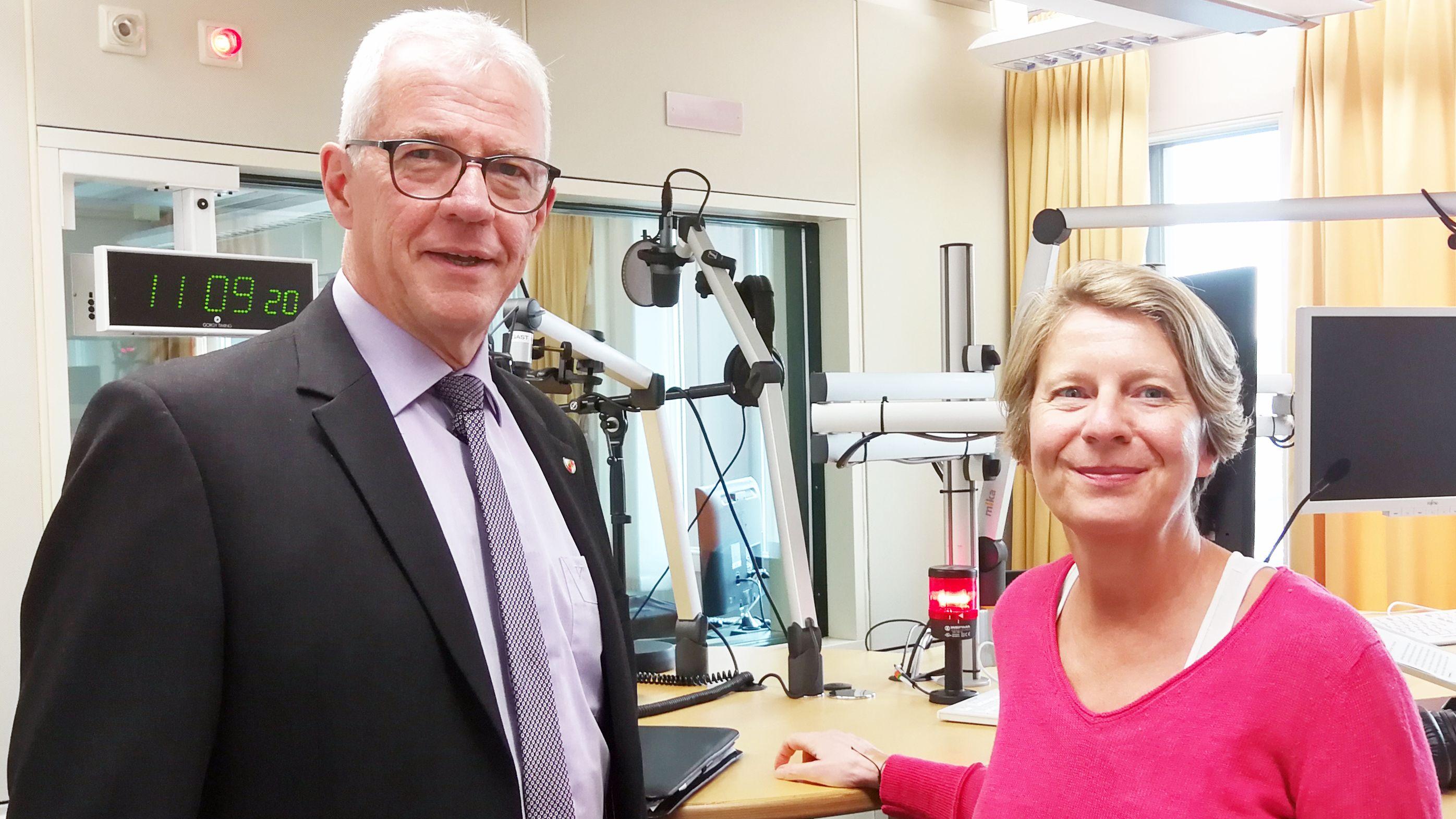 Günther Werner, Bürgermeister von Haßfurt (links), mit Moderatorin Susanne Günther (rechts)