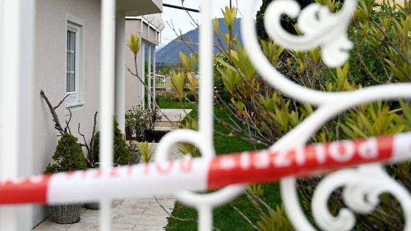 Polizeiabsperrung vor einem Haus in Österreich, in dem ein Mann seine Ex-Partnerin und deren Mutter ermordet haben soll.