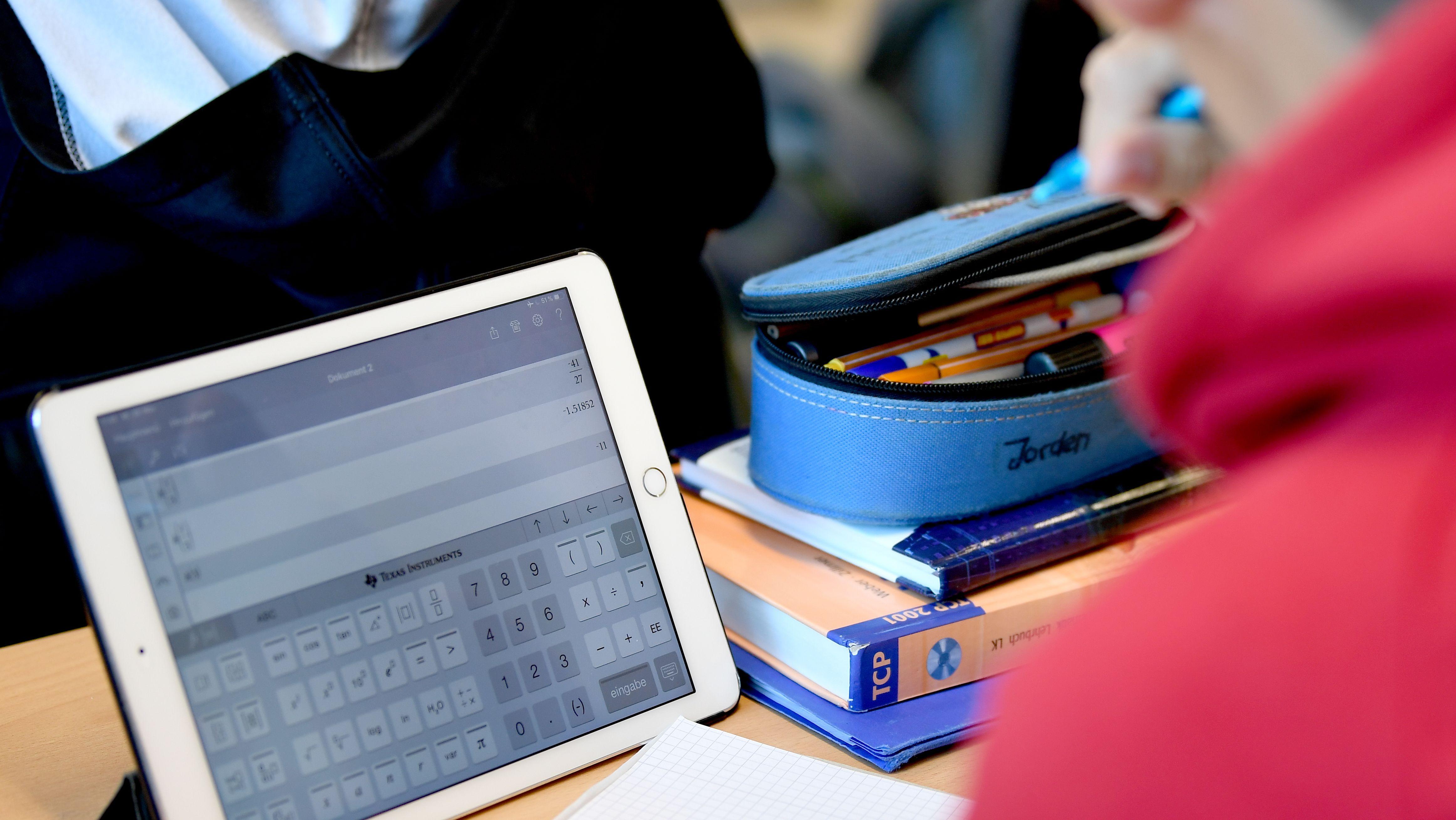 Ein Schüler arbeitet im Matheunterricht mit einem iPad.