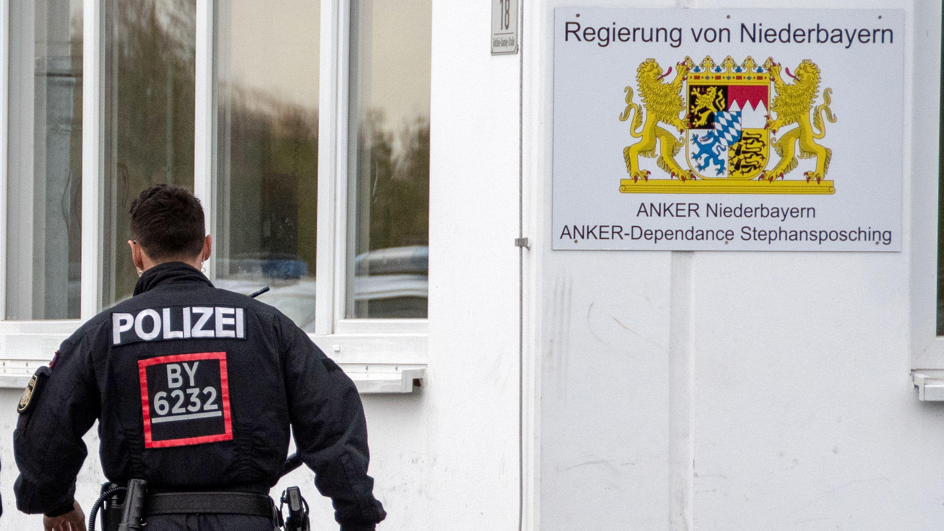 Archiv: Ein Polizist im Ankerzentrum Stephansposching.