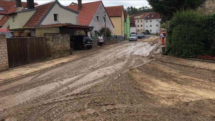 Auch in Estenfeld im Landkreis Würzburg kam es zu starken Schlamm-Verschmutzungen