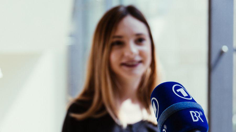 BR-Reporter interviewt junge Frau