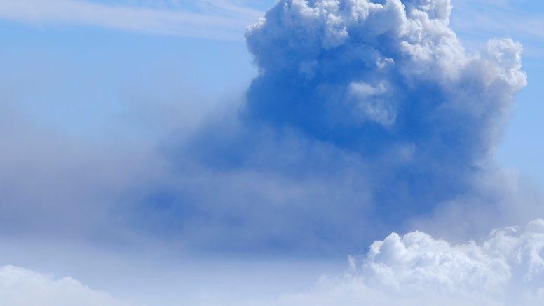 Dichter Rauch am Himmel über La Palma, wo ein Vulkan ausgebrochen ist.   Bild:picture alliance / abaca   Europa Press/ABACA