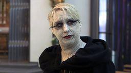Eine Schauspielerin der Künstlerwerkstatt Stegaurach ist mit weißer Farbe geschminkt.   Bild:BR