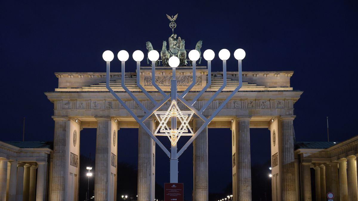 Die größte Chanukkia in Deutschland steht in Berlin am Brandenburger Tor.