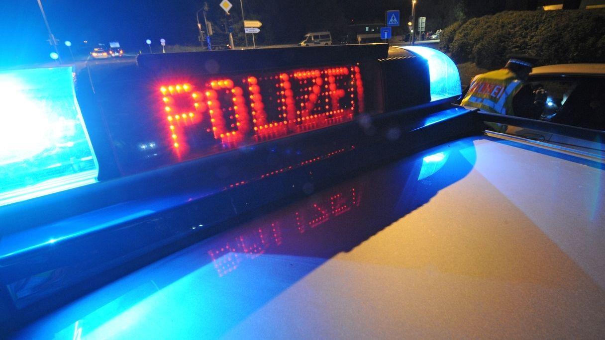 Polizei-Blaulicht bei Nacht.