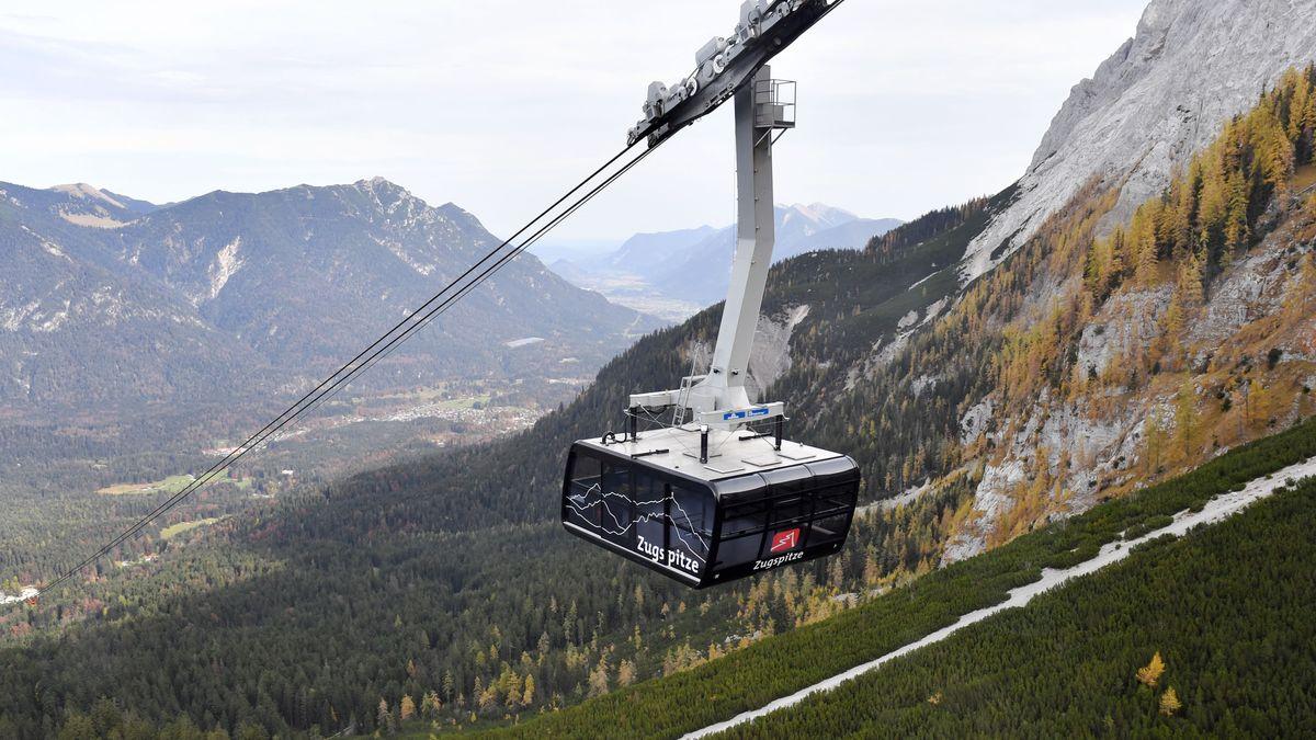 Kabine der Zugspitzbahn auf dem Weg zum Gipfel