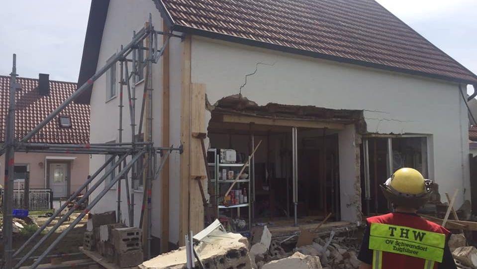 Das THW Schwandorf musste das Haus stützen.