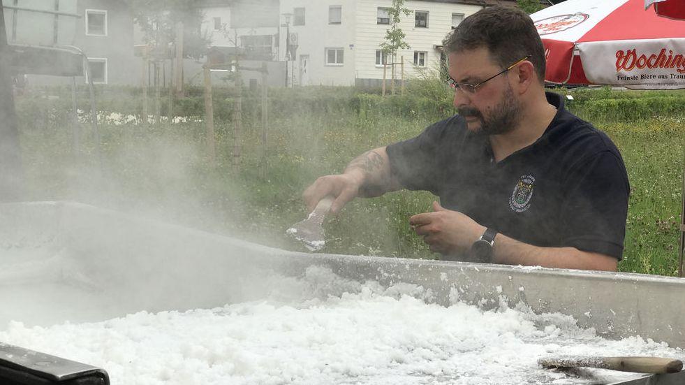 In einer großen Sudpfanne wird Salz wie einst gesotten.