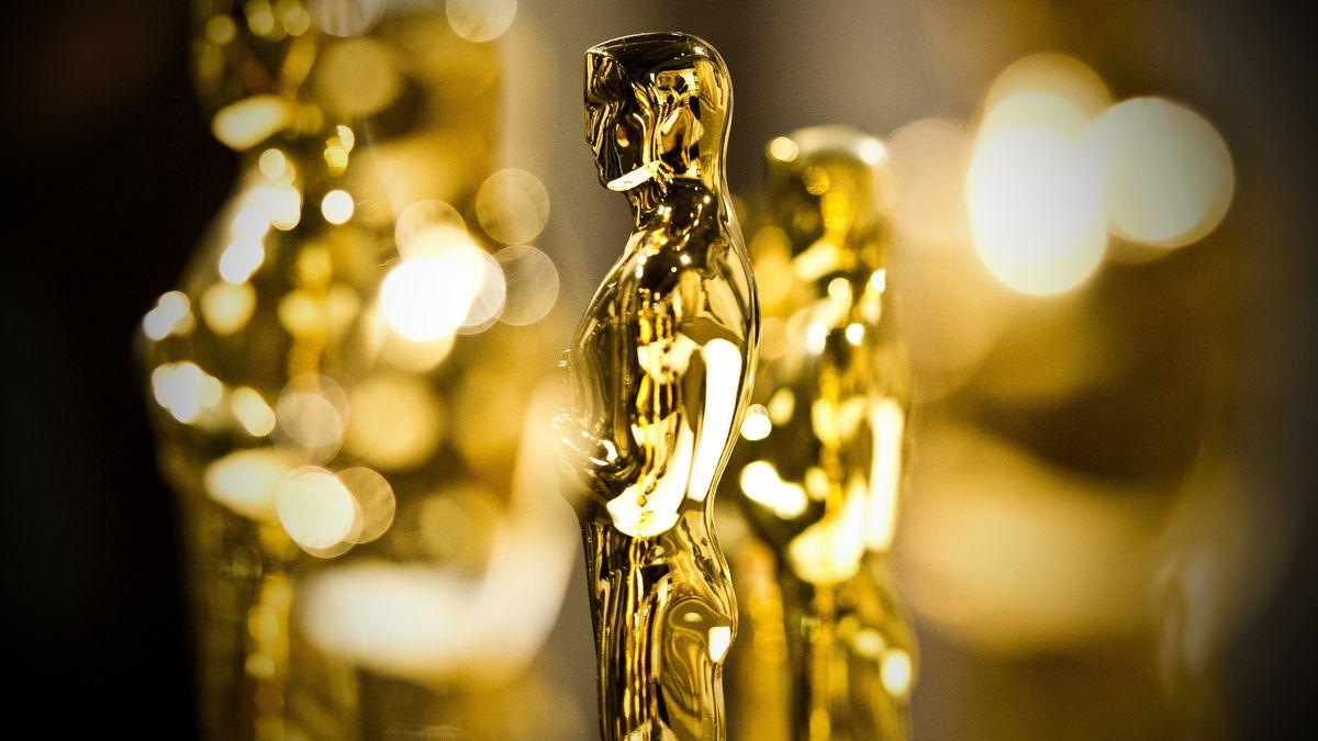 Goldene Oscar-Statuen stehen nebeneinander