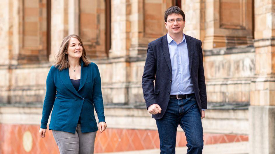 Ronja Endres und Florian von Brunn vor dem Bayerischen Landtag.