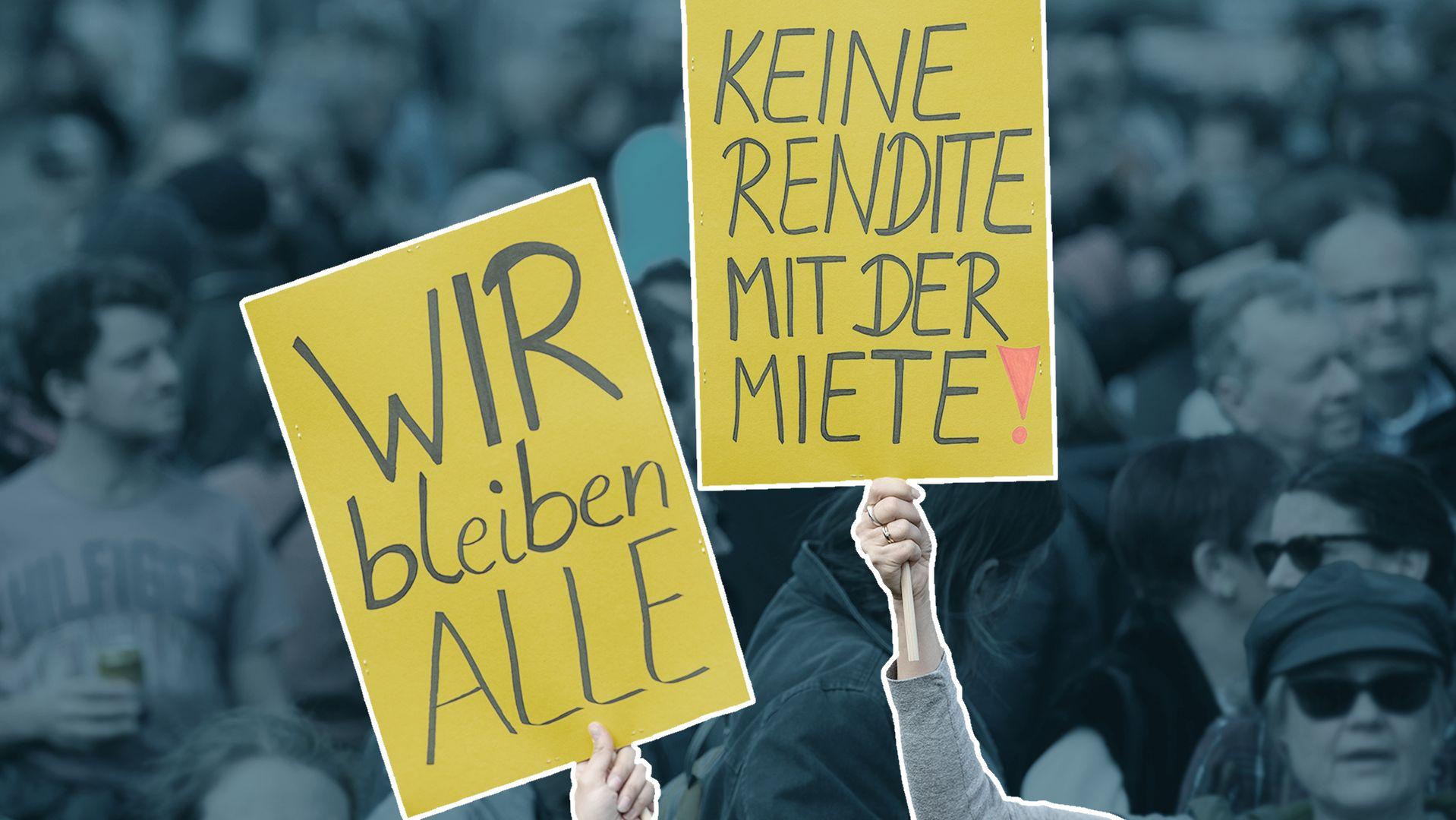 """Demonstranten mit zwei Plakaten, """"Wir bleiben alle"""" und """"Keine Rendite mit der Miete"""""""