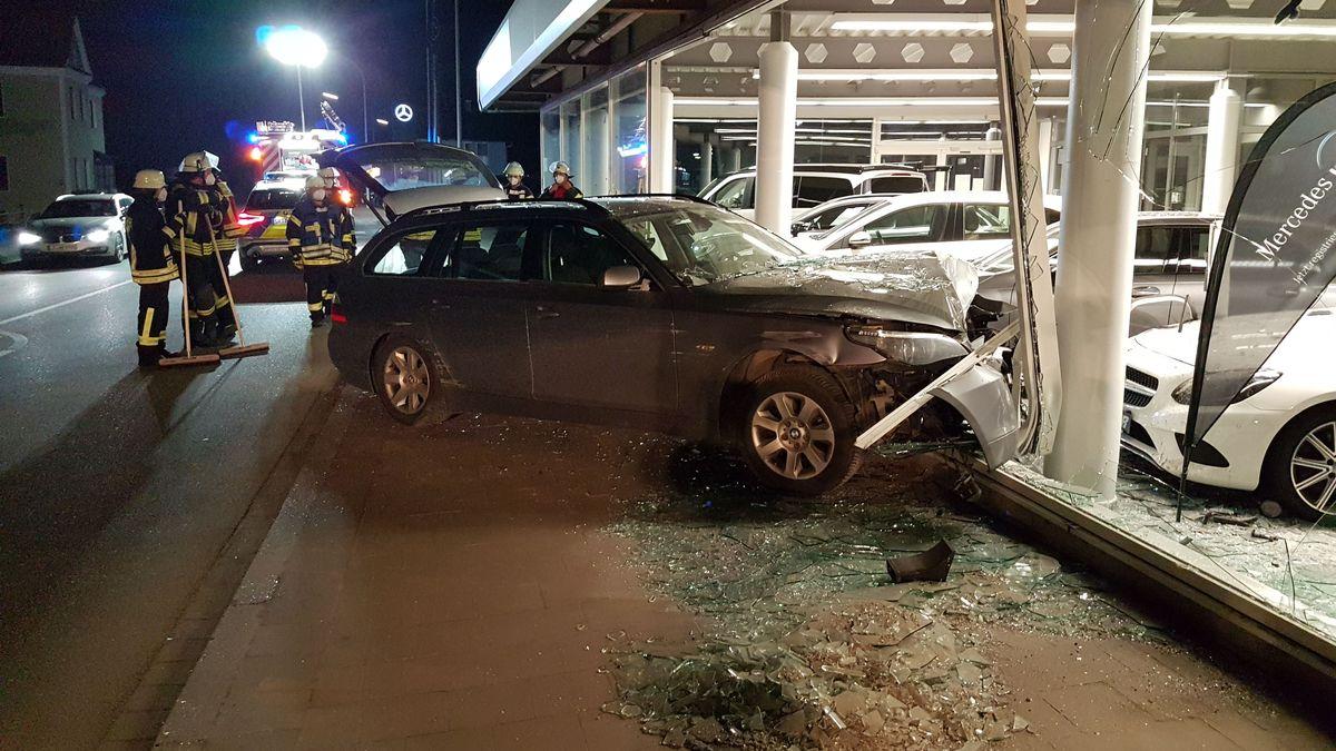 Unfallauto in zerstörtem Schaufenster.