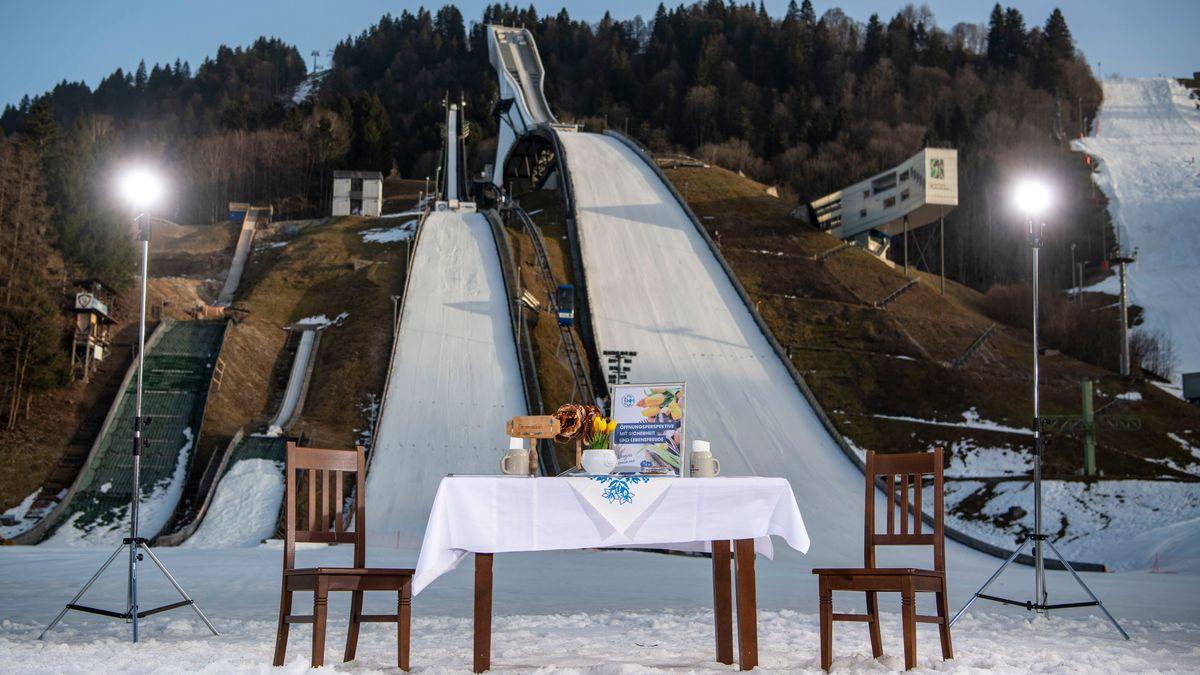 Gedeckter Tisch vor Skisprungschanze in Garmisch-Partenkirchen