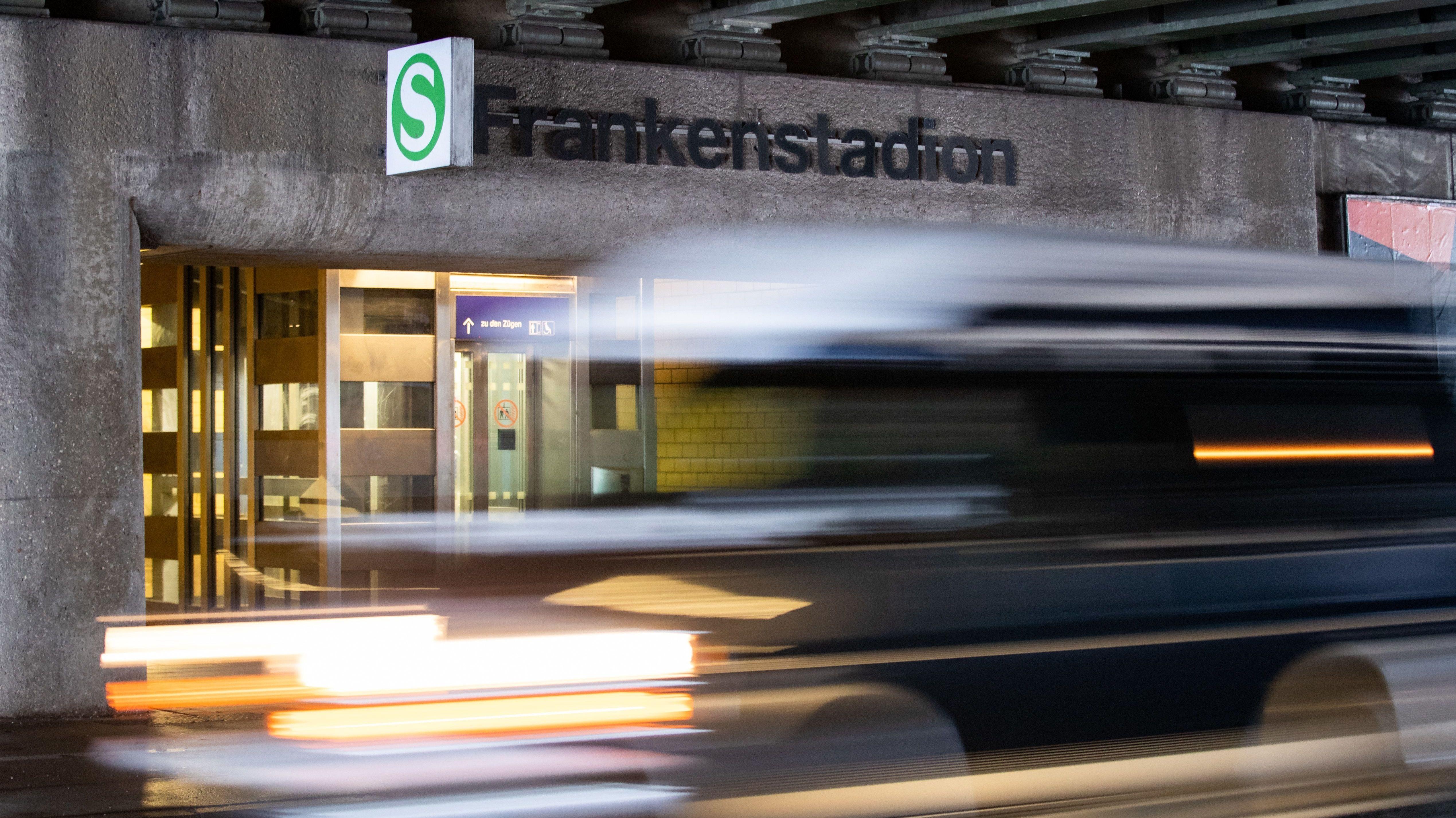 Ein Auto fährt vor der S-Bahn-Station Frankenstadion schnell vorbei.