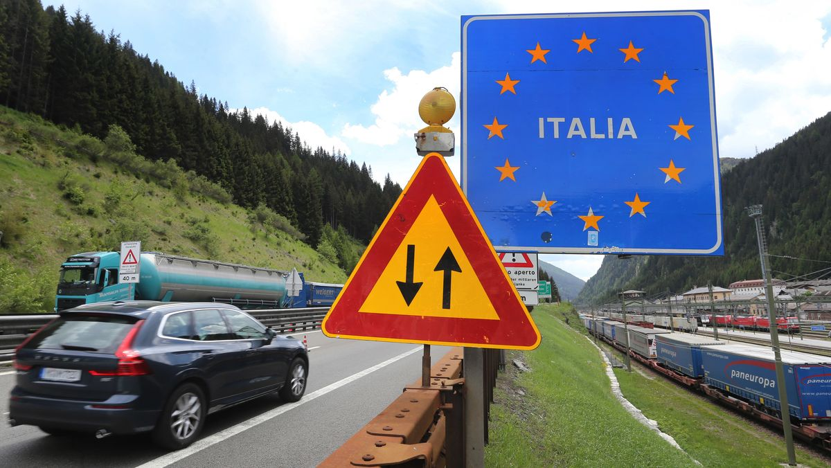 Autos fahren über die Staatsgrenze am Brenner
