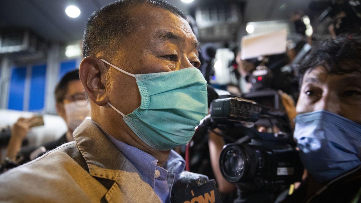 Hongkongs Zeitungsverleger Jimmy Lai nach seiner Entlassung aus der Polizeistation am Dienstag