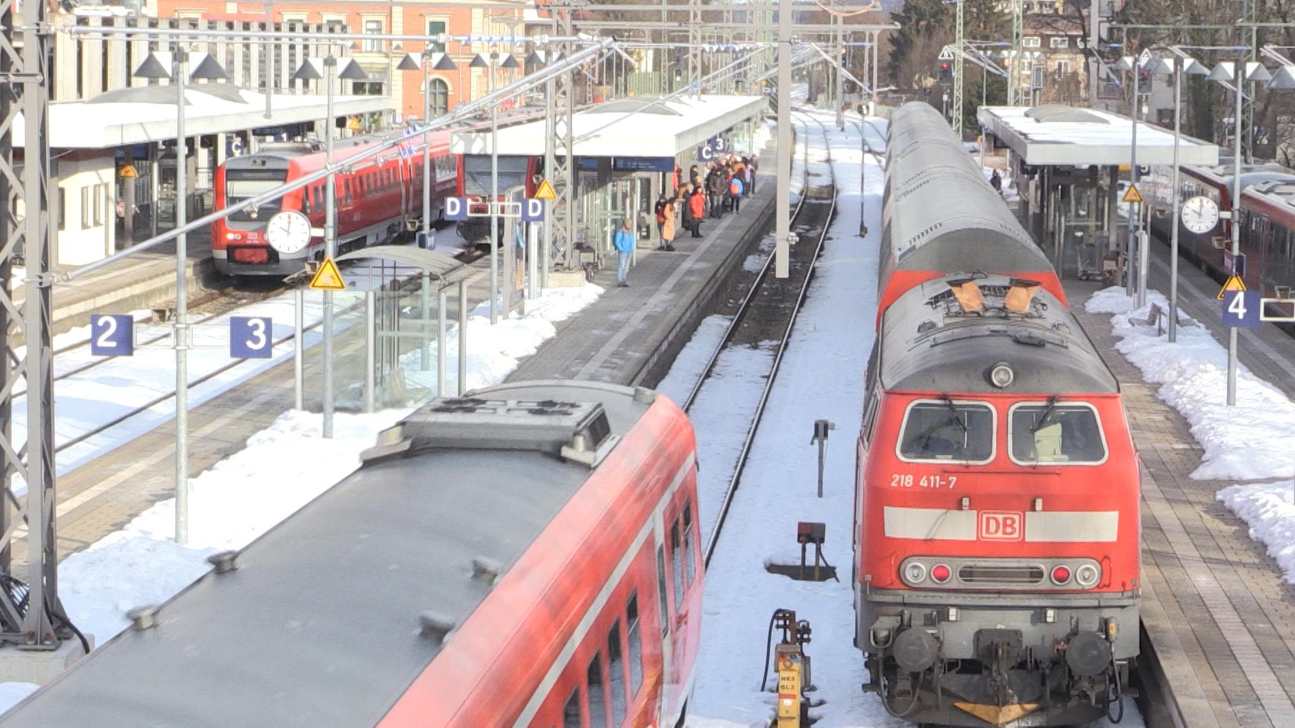 Diesel-Loks am Bahnhof.