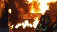 Feuerwehrmänner führen eine Realbrandlöschübung in einer Feuerwehrschule durch. | Bild:picture alliance / Hans-Joachim Rech