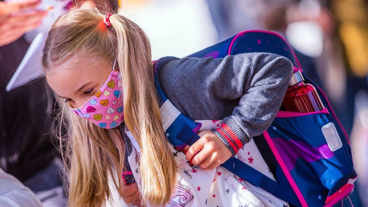 Ein Mädchen trägt Mundschutz in der Schule.