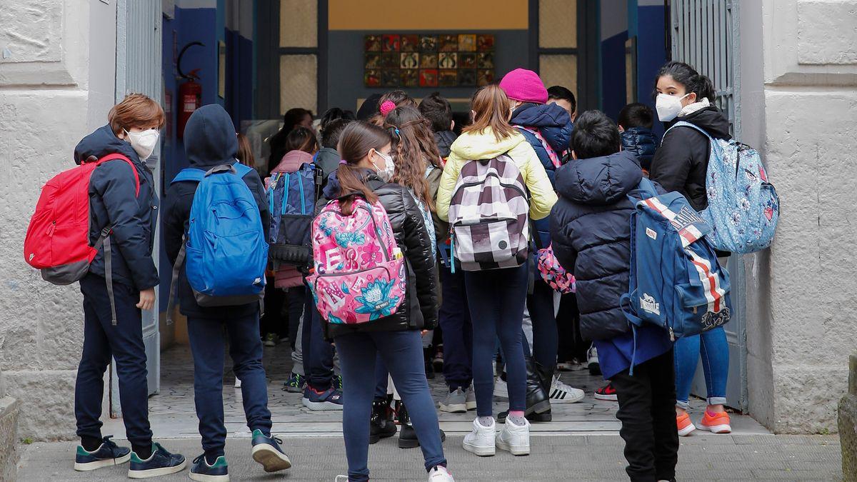 Symbolbild: Schulkinder vor ihrer Schule