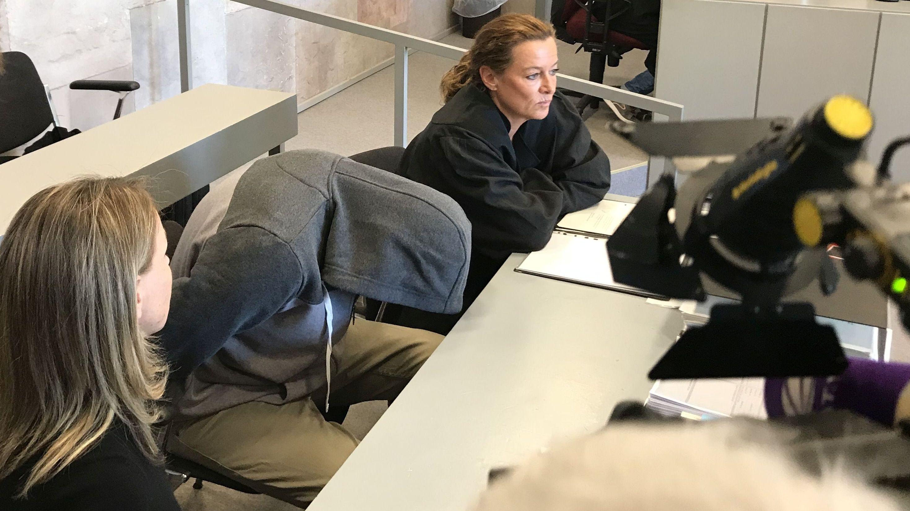 Angeklagter im Prozess am Landgericht Ansbach verbirgt sein Gesicht unter Kapuzenpulli