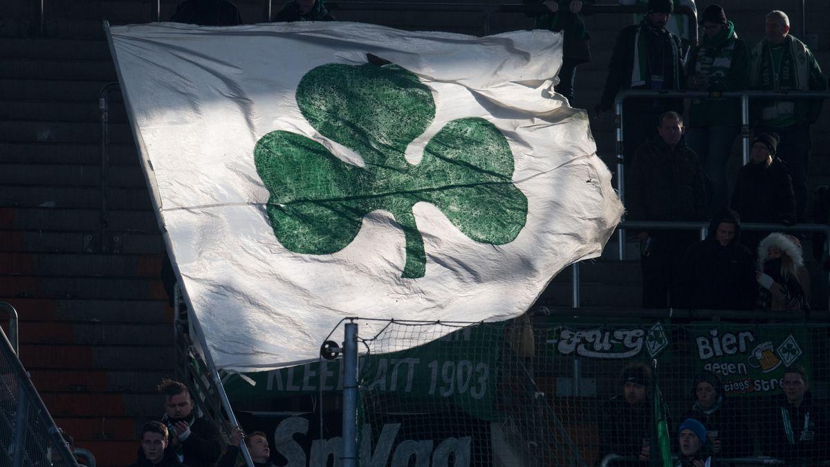 Kleeblatt-Flage von Fans der SpVgg Greuther Fürth