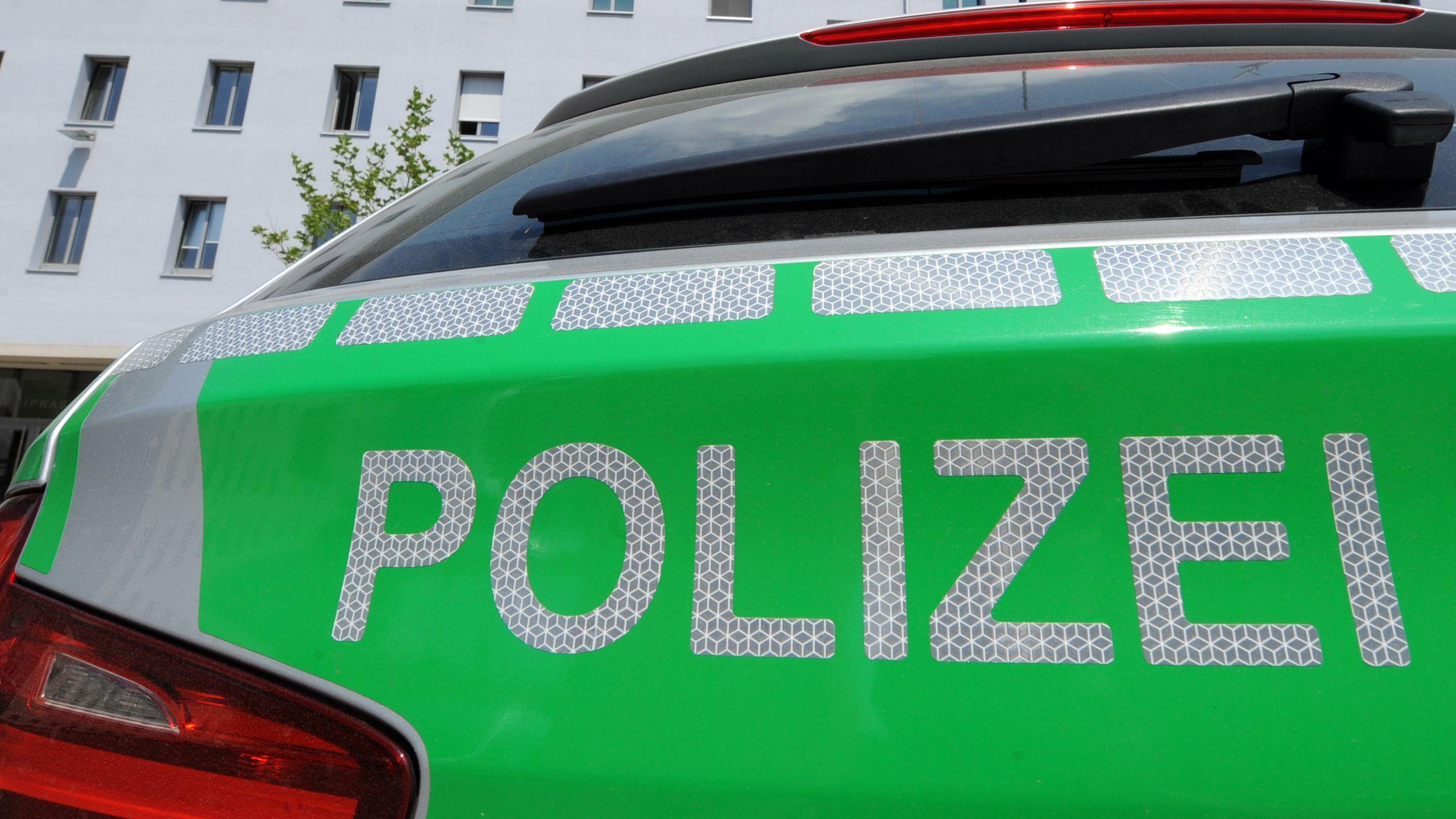 Ein Polizeiauto vor dem Polizeipräsidium Oberpfalz in Regensburg