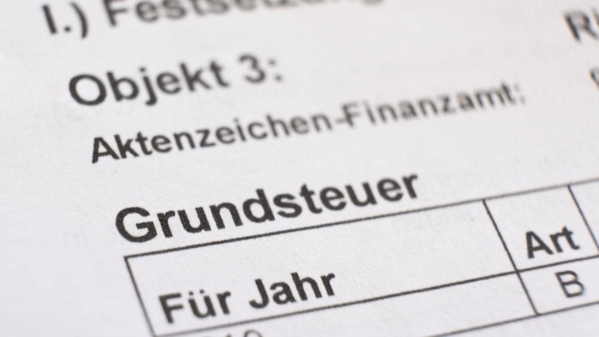 Ein Grundsteuerbescheid liegt auf einem Tisch (Symbolbild)