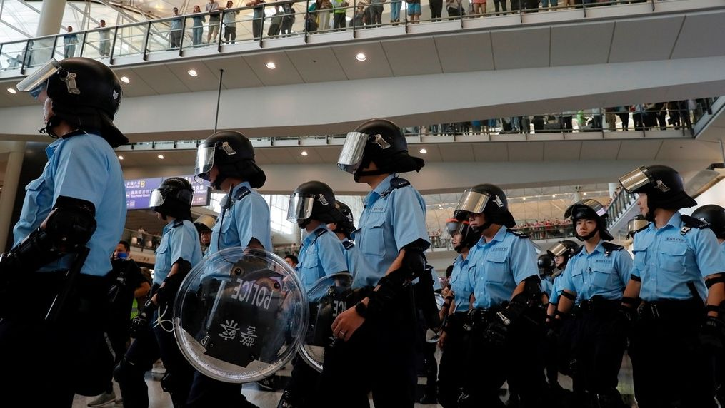 Polizisten am Hongkonger Flughafen