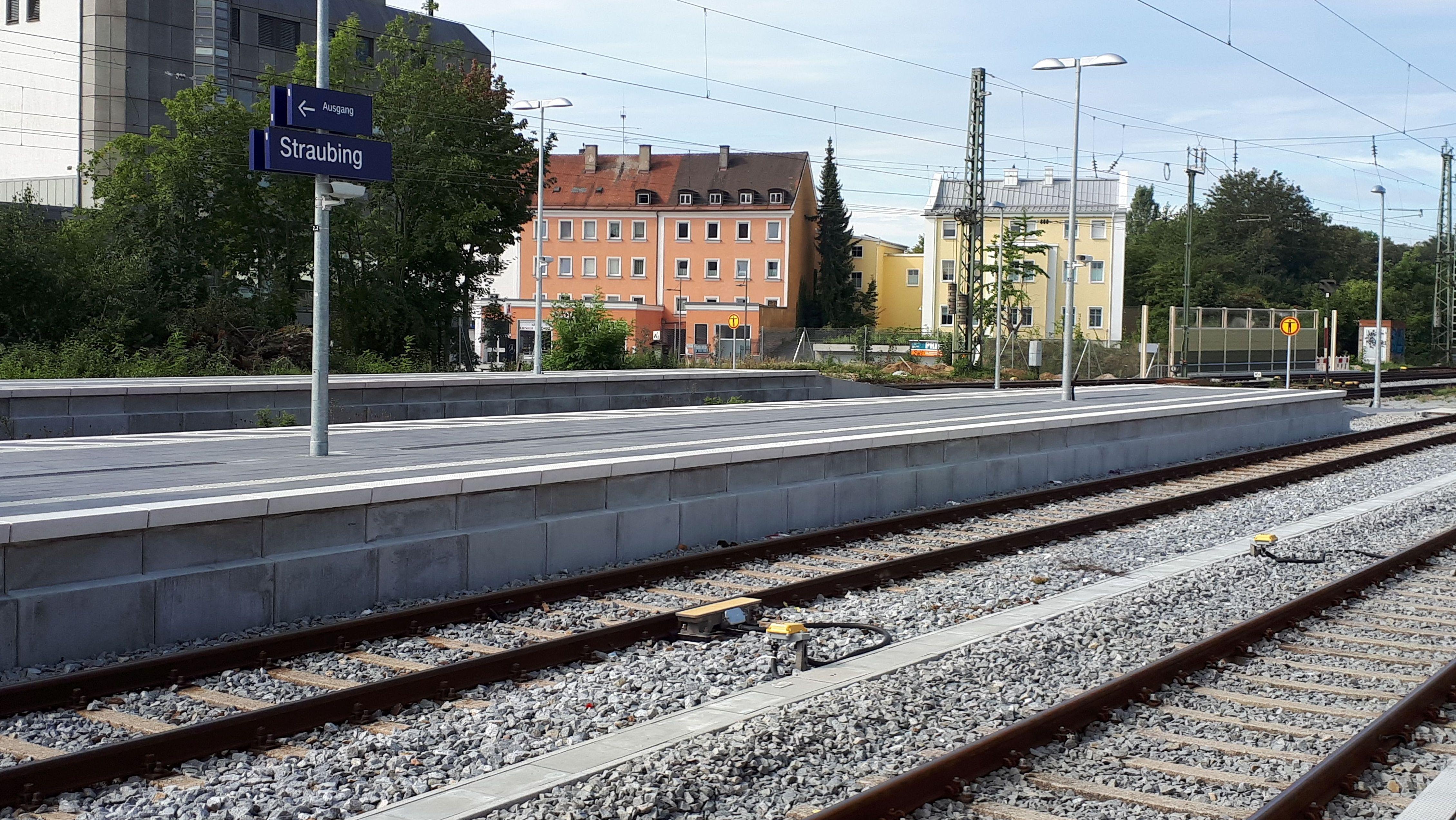 Am Straubinger Bahnhof wurde der Bahnsteig erhöht, damit ab sofort täglich zwei ICE anhalten können