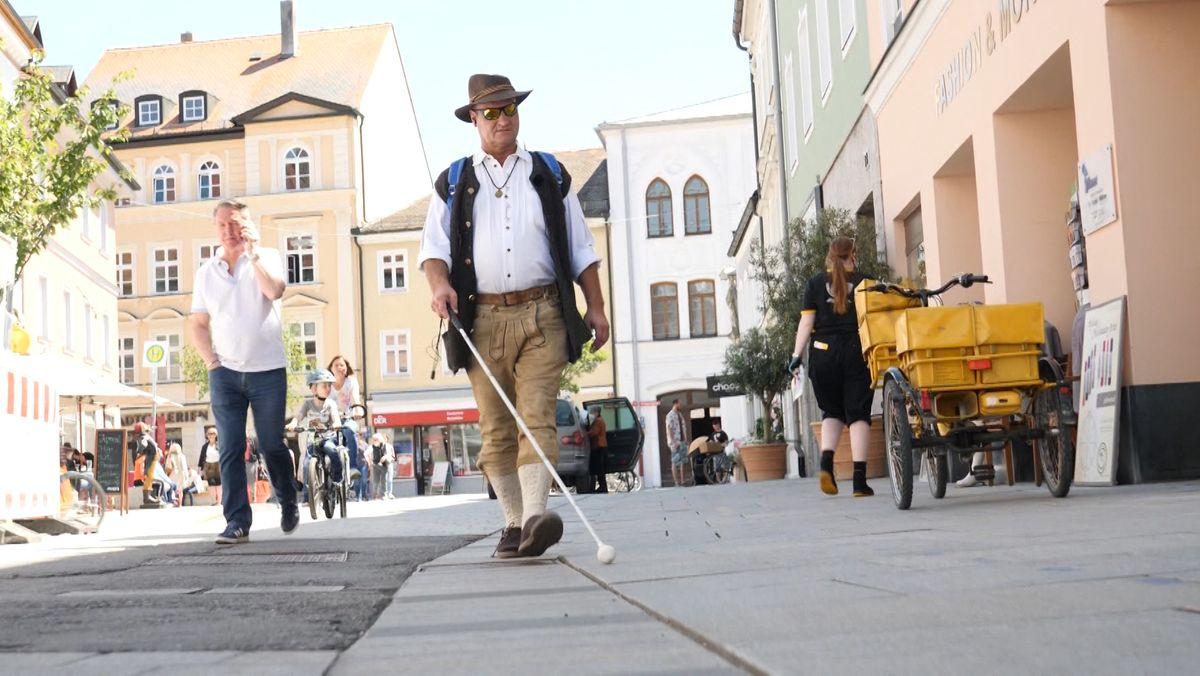 Mann mit Blindenstock in der Innnenstadt von Freising