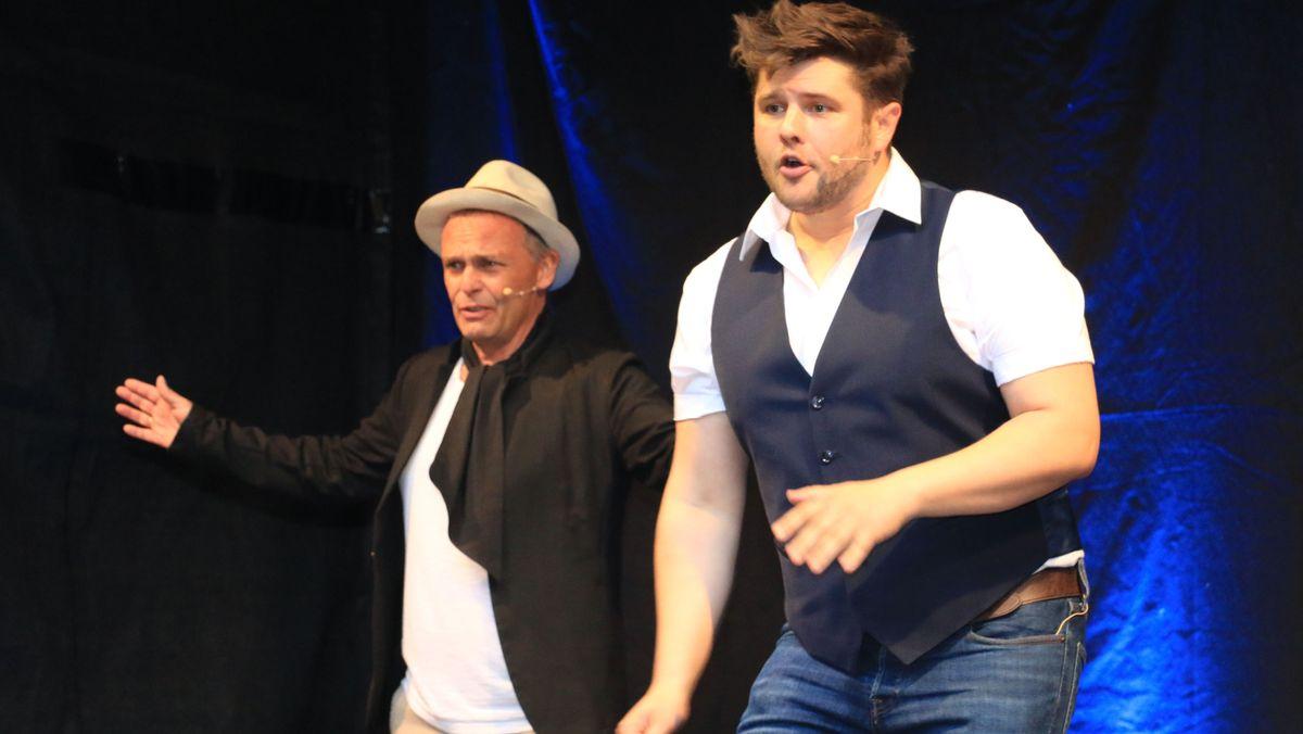 Frank Klötgen (links) und Sebastian Fritz (rechts) auf der Bühne der Lach- und Schießgesellschaft