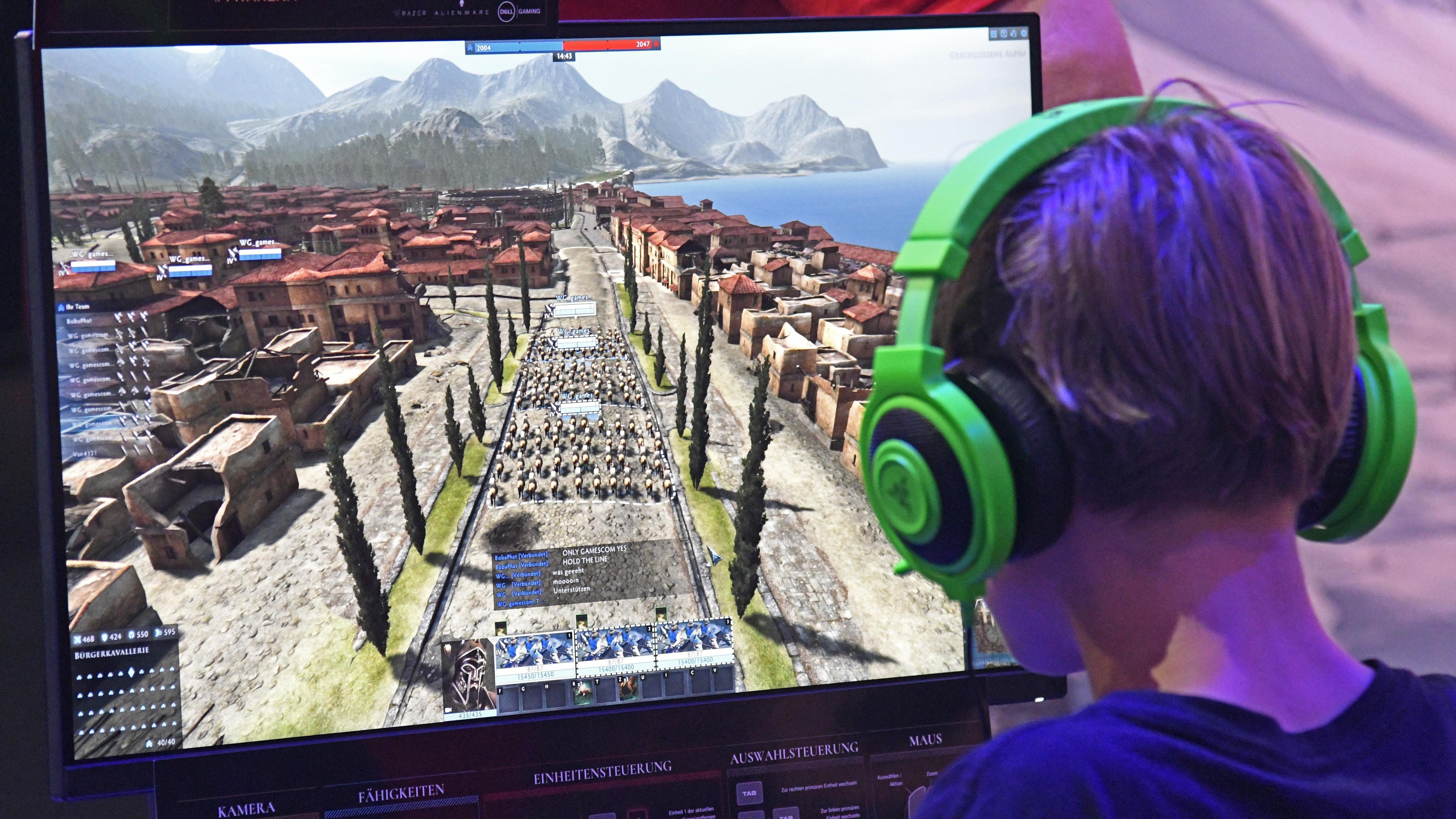 Ein Computer-Gamer am Bildschirm