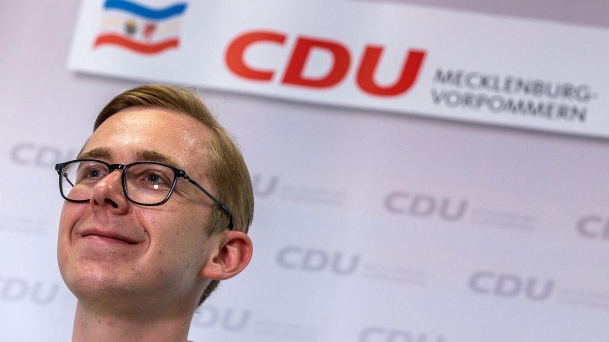 Der Anwärter für den Posten des CDU-Landesparteivorsitzen, der Bundestagsabgeordnete Philipp Amthor, beantwortet bei einer Pressekonferenz die Fragen von Medienvertretern. Die Mitbewerberin, Justizministerin Hoffmeister, erklärte das Ende ihrer Kandidatur um den Landesvorsitz.