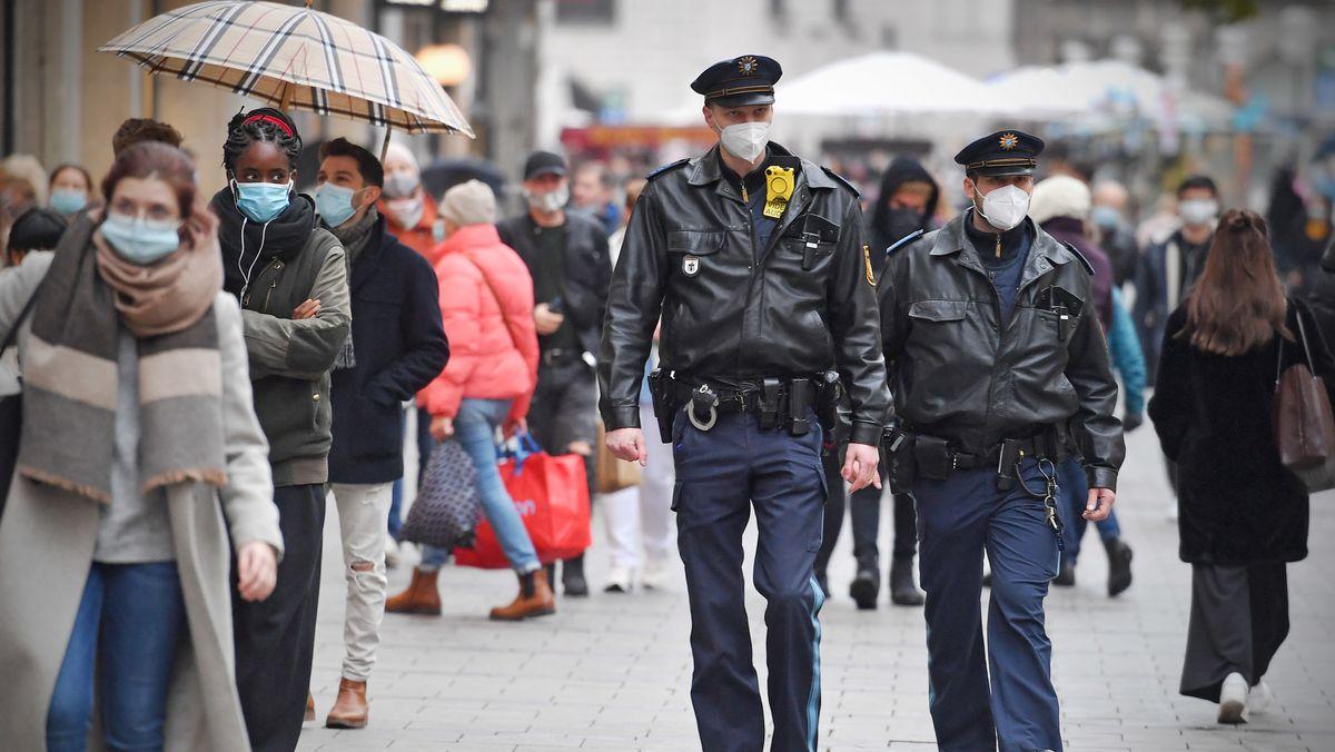 Polizisten kontrollieren am 15.10.2020 in der Münchner Fußgängerzone die Einhaltung der Maskenpflicht.
