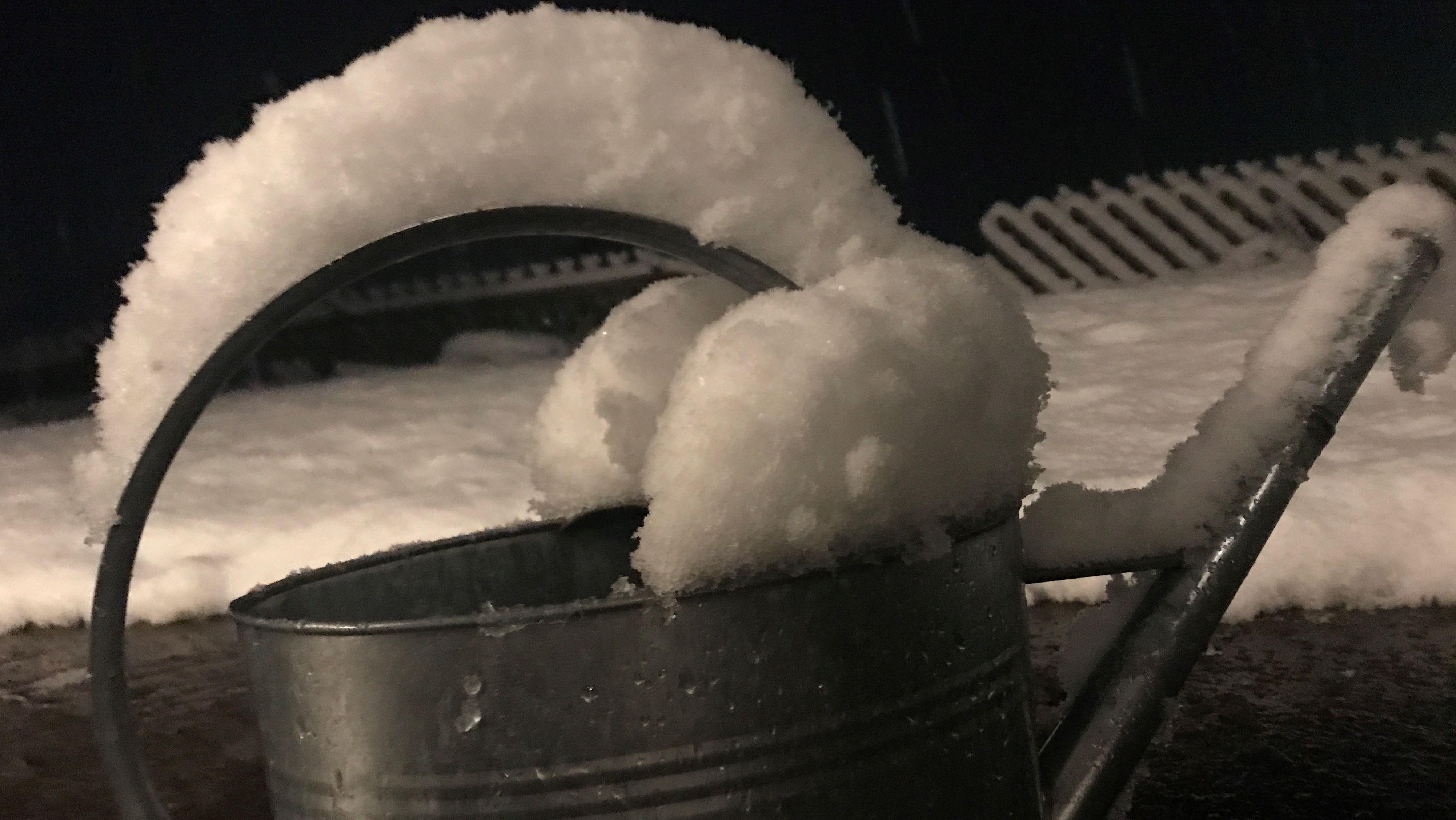 Gießkanne mit Schneehaube