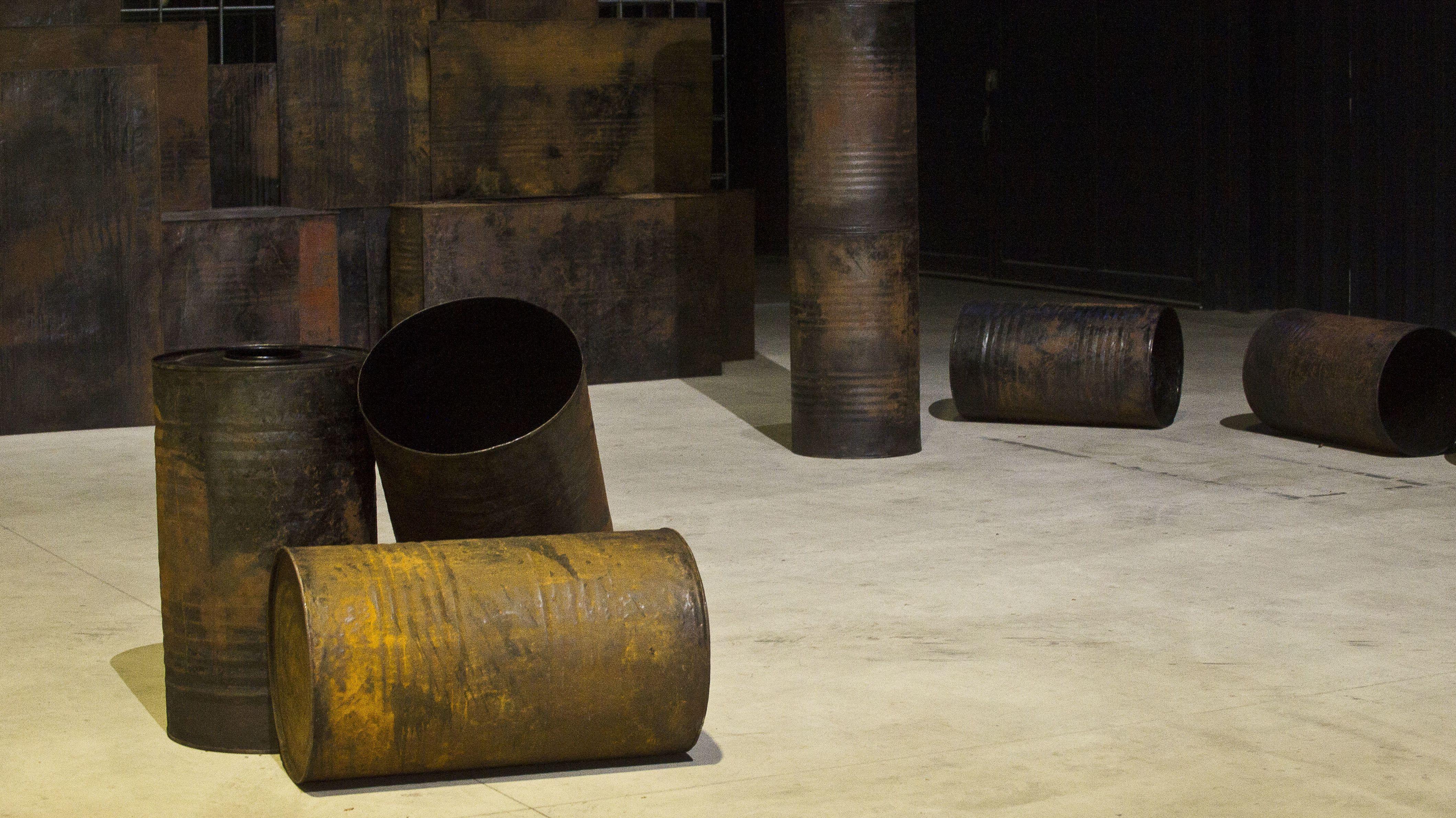 """Auch für ihre Arbeit """"Kagebangarea"""" hat Gowda mit Tonnen gearbeitet"""
